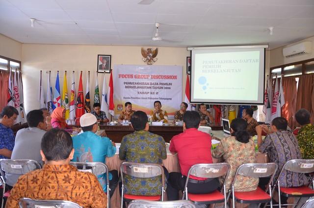 Komisioner KPU Tulungagung merumuskan hasil-hasil FGD (14/10)