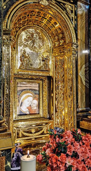 Altar y trono en el Santuario