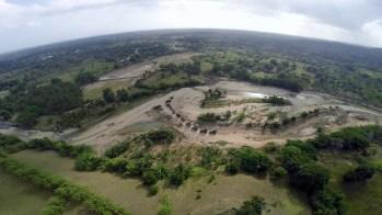 Una docena de camiones en el rio Veragua