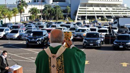 O arcebispo de Assunção celebra missa no estacionamento do Aeroporto Internacional Silvio Pettirossi - AFP