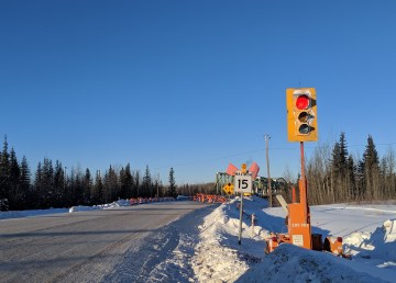 A file photo of the stoplight controlling traffic over the old railway during the Pine Point Bridge reconstruction. Sarah Pruys/Cabin Radio