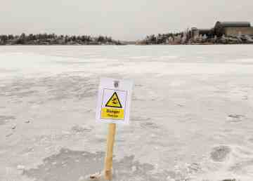 A sign warns residents to stay off of thin ice on Frame Lake in late October 2019. Sarah Pruys/Cabin Radio