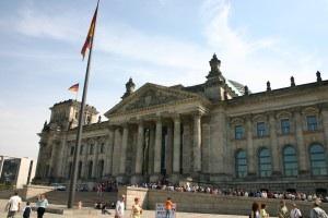 Angela Merkel entscheidet sich für die rote Bereicherung ihrer schwarzen CDU/CSU-Fraktion