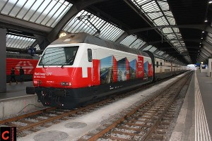 """Die SBB Re 460 048-2 """"Züri Wyland"""" in ihrer neuen Funktion als RailAway-Werbelok am IC Genève Aéroport–St. Gallen in Zürich HB"""