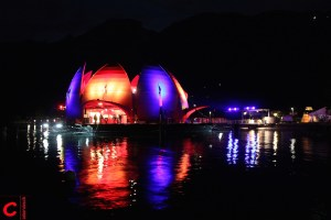 Die Gästival-Seerose wird bei Nacht beleuchtet