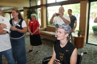 Zach-Miracle-93-Zach-with-WVU-Basketball-Team-at-HealthSouth-2012-07-19