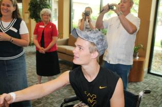 Zach-Miracle-94-Zach-with-WVU-Basketball-Team-at-HealthSouth-2012-07-19