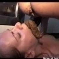 Deux lesbiennes scato chie dans la bouche