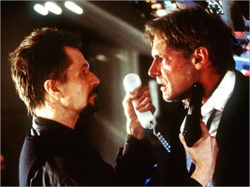 Gary Oldman y Harrison Ford en una escena de Air Force One.