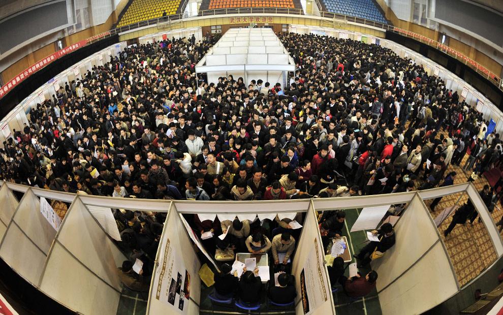 Cientos de graduados sin empleo en una feria del trabajo en Wuhan, provincia de Hubei, China