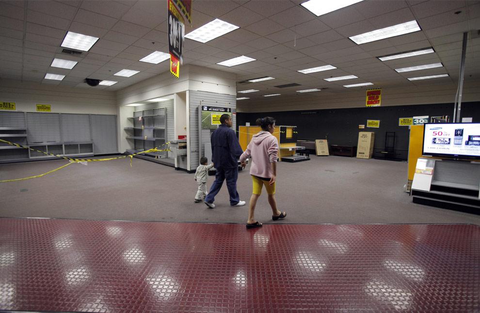 Compradores caminan a través de un pasillo casi vacío en una tienda Circuit City en Las Vegas, el viernes, 27 de febrero, 2009