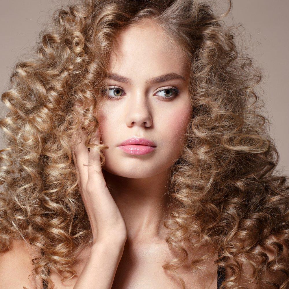 Comment boucler des cheveux raides   Magazine Avantages