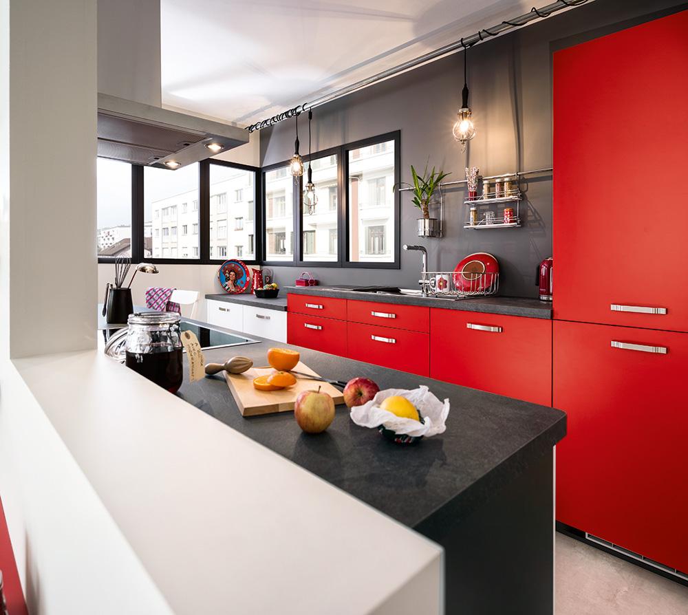 une cuisine rouge