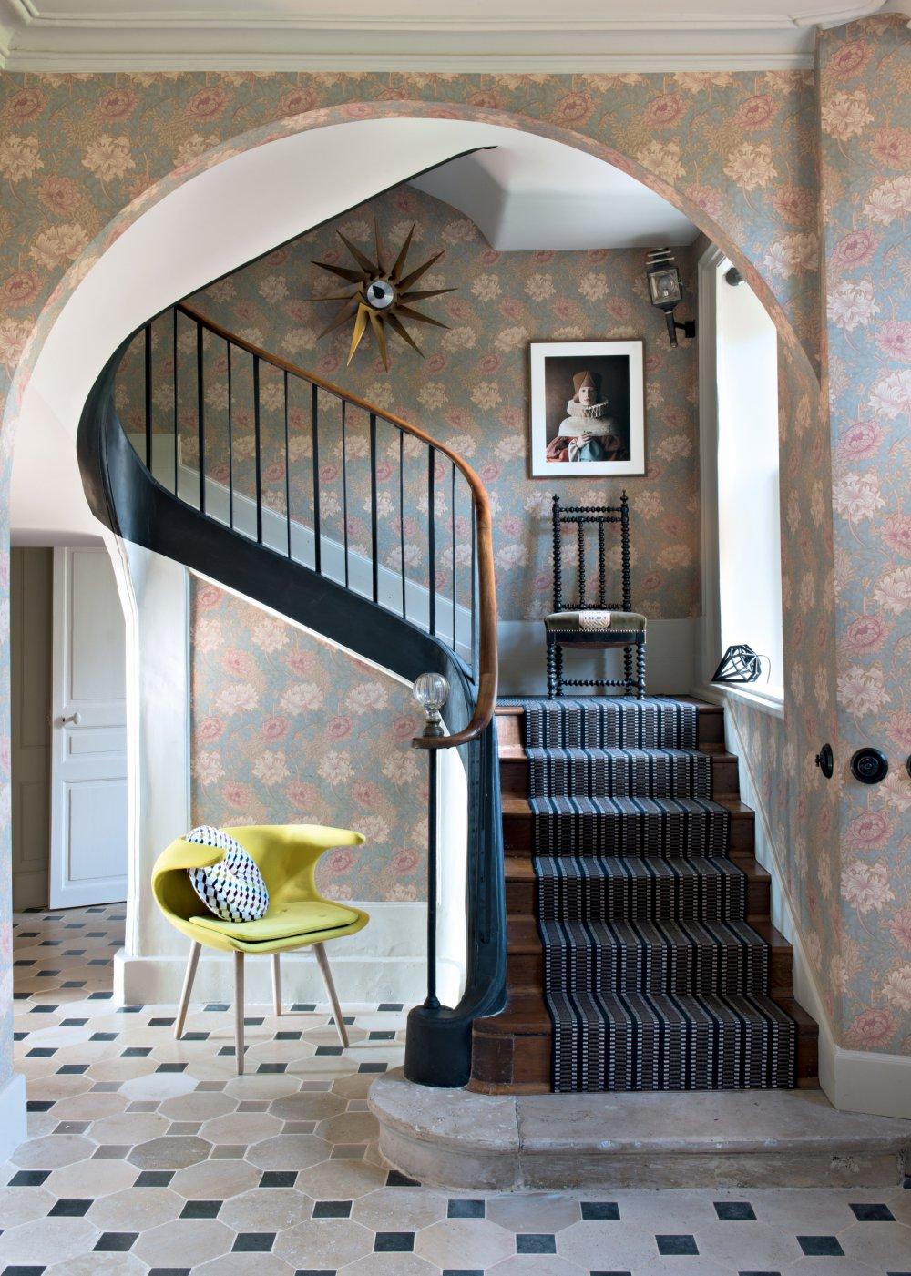 lieu de passage la cage d escalier injustement negligee merite la meme attention que toutes les autres pieces pour sa decoration