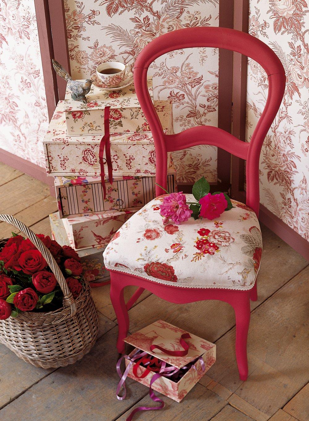 une chaise en tissu fleuri rebrode