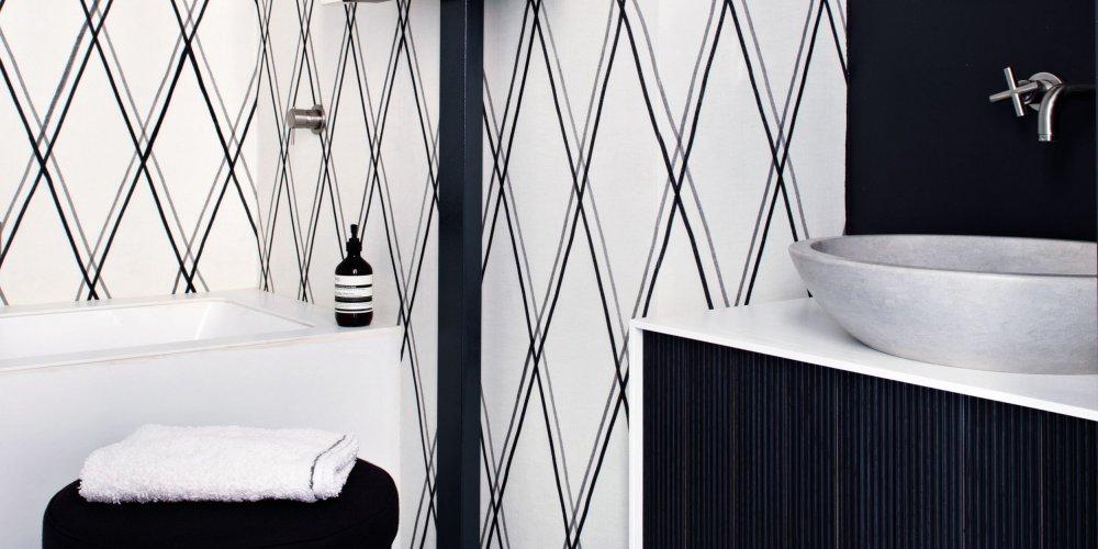salle de bains noire et blanche le