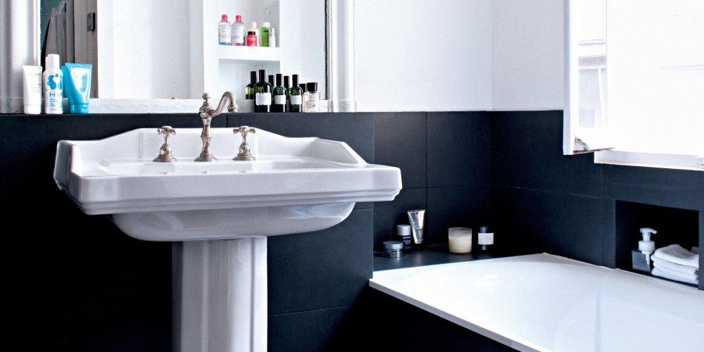salles de bains noires et blanches aux