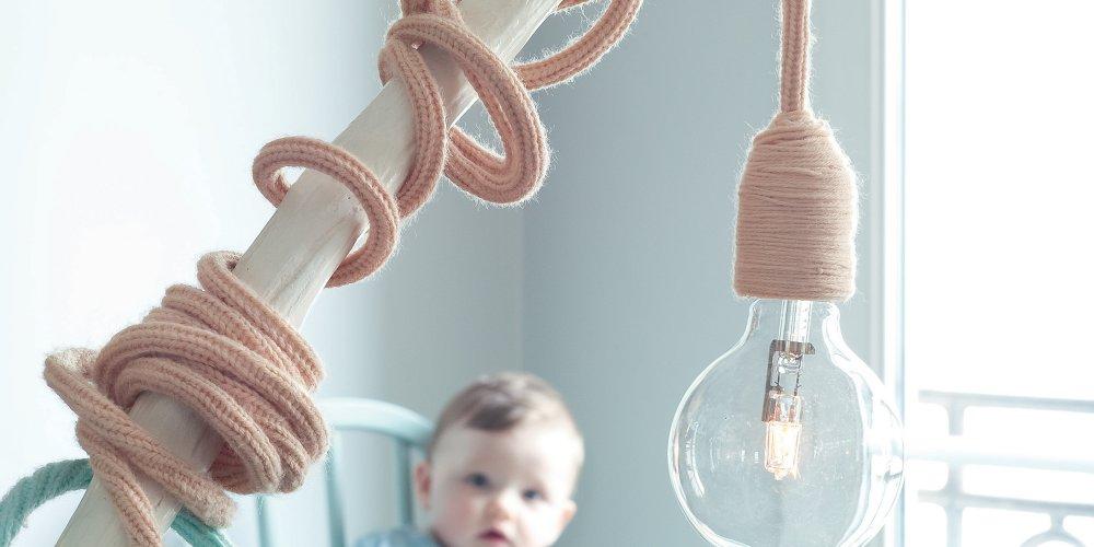 une lampe au fil entoure de tricotin