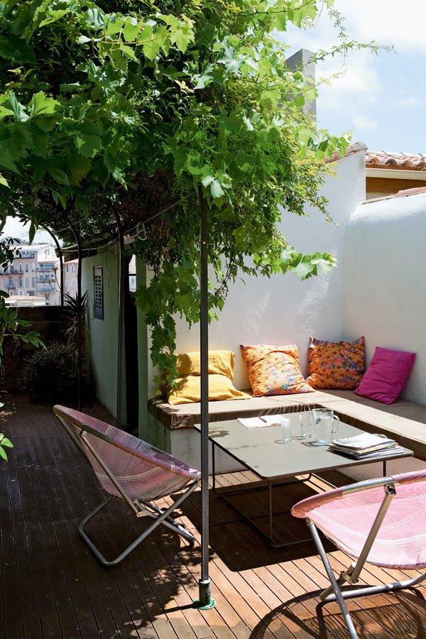 10 idees deco pour vivre dehors avec style par marieclairemaison com jardinet suspendu comme une terrasse avec table fermob