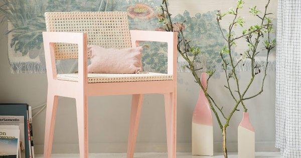 une chaise en bois fabriquee en cannage