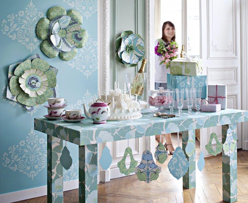 une table recouverte de papier peint