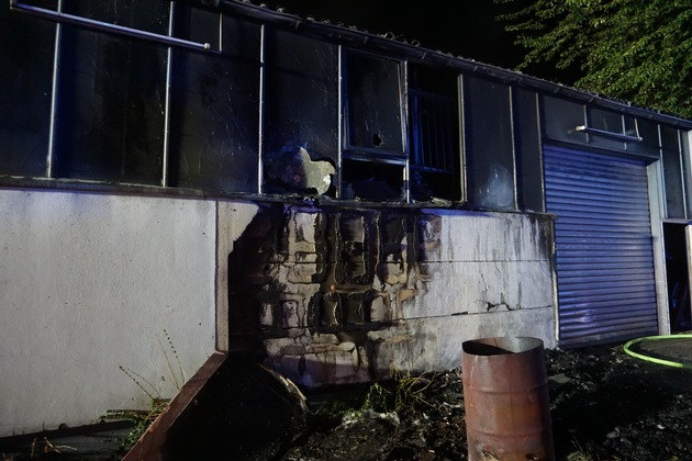 FW Ratingen: Brand in einer Lagerhalle - zunächst nur Kleinbrand gemeldet