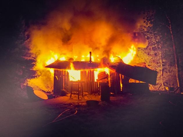 FW-OE: Hütte brennt in Waldgebiet - Stundenlanger Einsatz für die Feuerwehr