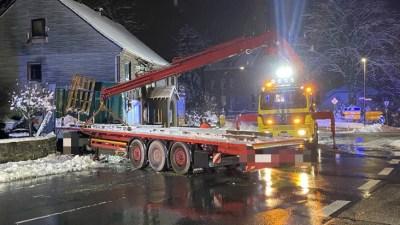 FW-EN: Lkw verunfallt schwer und prallt gegen Hauswand - Einsturzgefahr nicht auszuschließen