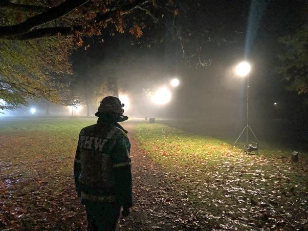 THW-HH MV SH: Technisches Hilfswerk leuchtet Lübecker Stadtpark nach Polizeieinsatz aus
