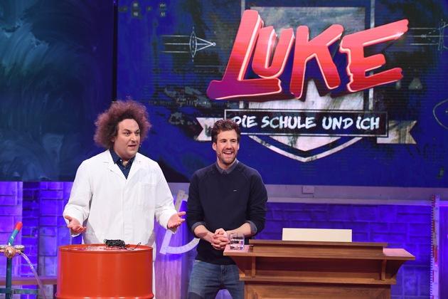 """Die Ferien sind vorbei: Luke Mockridge holt Promis zurück an die Schulbank - neue Folgen """"LUKE! Die Schule und ich"""" ab Freitag in SAT.1"""