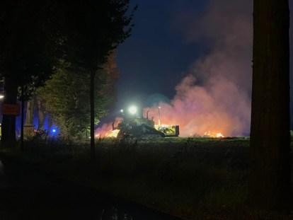 FW-RE: Brennende Strohmiete in der Nacht