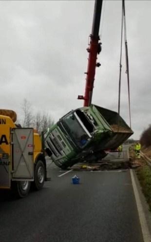 FW Selfkant: LKW auf der B56n umgekippt