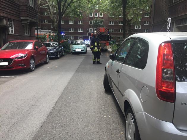 FW-D: Feuerwehr wird durch Falschparker behindert - Brandeinsatz ging glimpflich aus