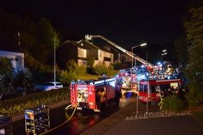 FW-OE: Gartenhüttenbrand greift auf Dachstuhl über - Ein Feuerwehrmann leicht verletzt