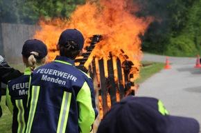 FW Menden: Übergabe des 1. MINI-Löschfahrzeugs in NRW an die Kinderfeuerwehr