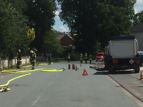 FW Borgentreich: Gefahrguteinsatz für die Feuerwehr Borgentreich. 300-400 Liter Kraftstoff (E10) gelangen bei Tankarbeiten in die Kanalisation.