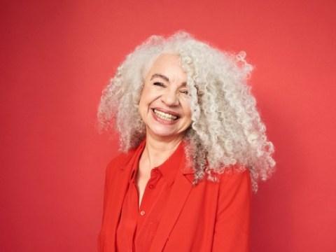 """Graue Haare: So klappt es mit der Trendfrisur / Silberglanz im Haar ist in – bei jungen wie bei älteren Frauen / Tipps für die Pflege der Trendfrisur gibt die """"Apotheken Umschau"""""""