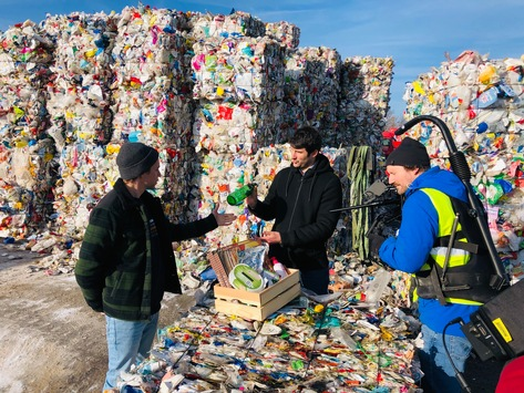 Weltrecyclingtag: Tobi Krell erklärt richtige Mülltrennung / Aktuelle YouGov-Umfrage: Wissen über Mülltrennung und Recycling gehört zur Umweltbildung