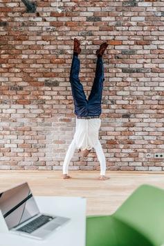 So bringen Sie Bewegung in Ihren Schreibtisch-Alltag / Knapp ein Viertel aller Arbeitsunfähigkeitstage gehen auf Muskel-Skelett-Erkrankungen zurück