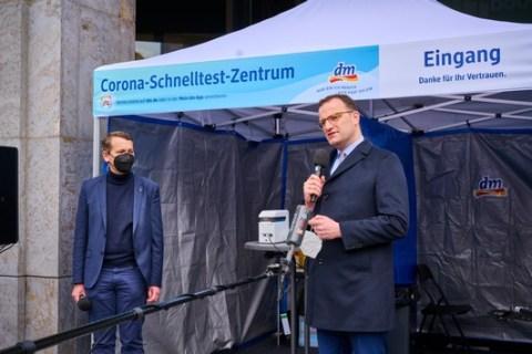 100. dm Corona-Schnelltest-Zentrum eröffnet in Berlin: Bundesgesundheitsminister Jens Spahn informiert sich über das dm-Engagement