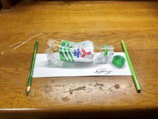 どこまでが本物!?色鉛筆で描かれた「潰れたペットボトル」がリアルすぎると話題に