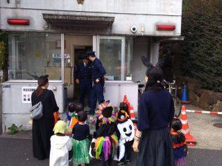 渋谷よ、これが本来のハロウィンだ!お菓子を子どもにあげる警察官の様子に思わずほっこり