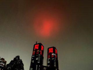 ラスボスが出できそう…赤色にライトアップされた東京都庁の悪の組織感がすごい
