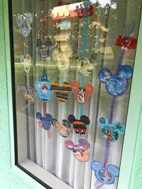 Super Fun Tips for Decorating Your Disney Resort Window