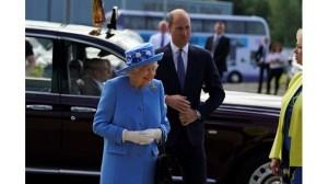 Кралица Елизабет II и принц Уилям посещават фабрика в Шотландия