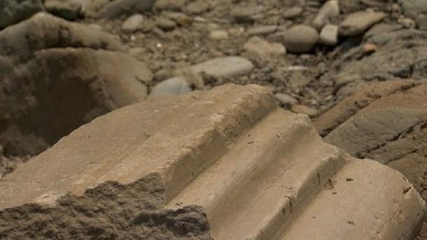 Корниз, който е фрагмент от църква, е открит на брега.