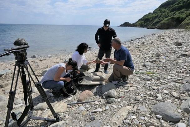 Мария Чернева с турските гидове на брега, където откриват различни останки от манастира.