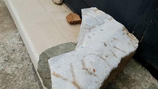 """Начинът на изписване на гръцката буква """"омега"""" в това късче мрамор датира надписа от III - II в. пр. Хр."""
