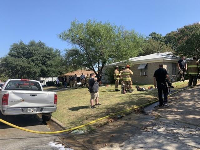 Военен самолет падна в задния двор на къща в САЩ (Снимки)