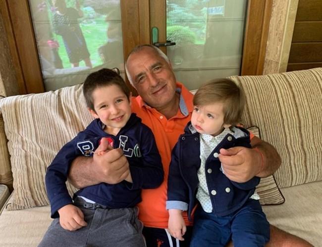Бойко Борисов с внучетата Бойко и Иван.